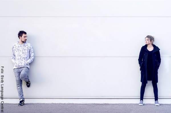 Foto de una pareja con sus integrantes distanciados