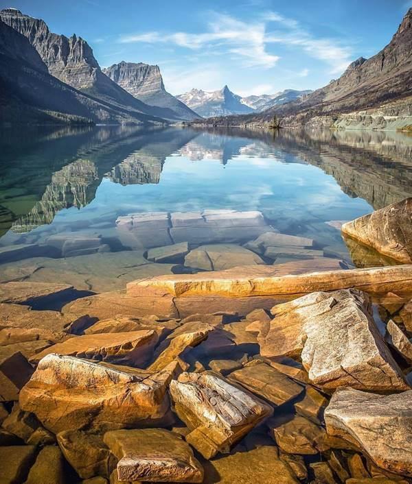 Foto de un manantial de agua limpia en las montañas