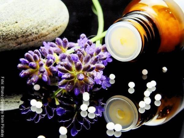 Foto de unas pastillas,y el frasco y valeriana