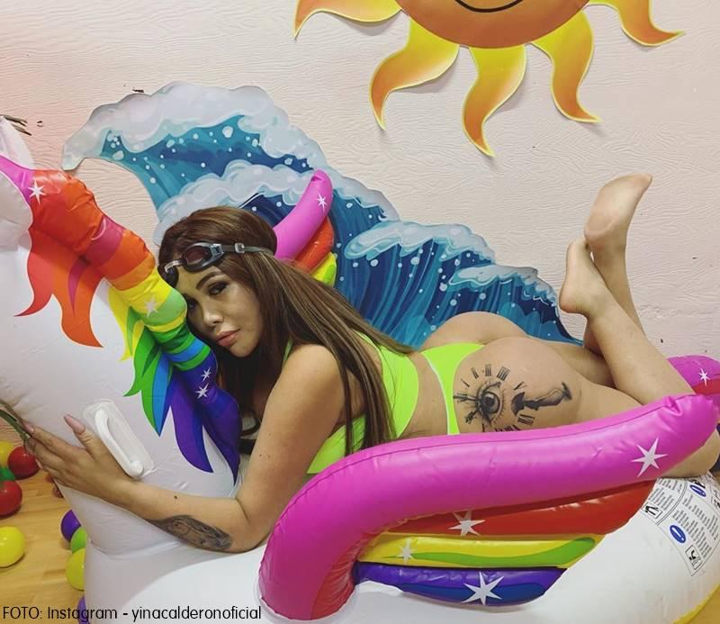 Yina Calderón sobre un flotador en traje de baño