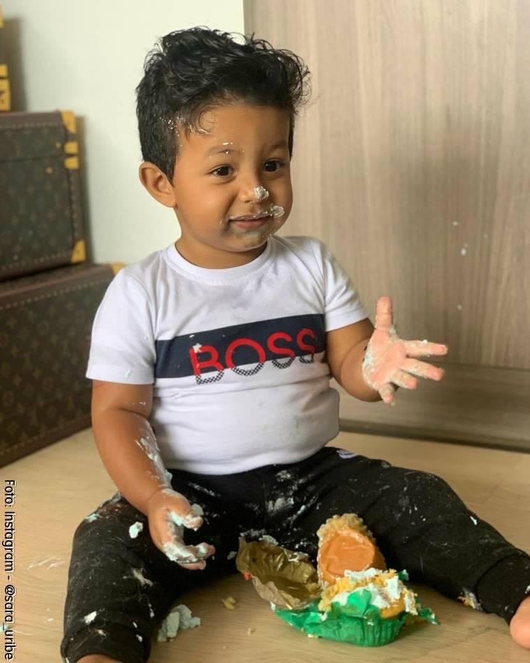 Foto de Jacobo Guarín Uribe comiendo pastel de cumpleaños