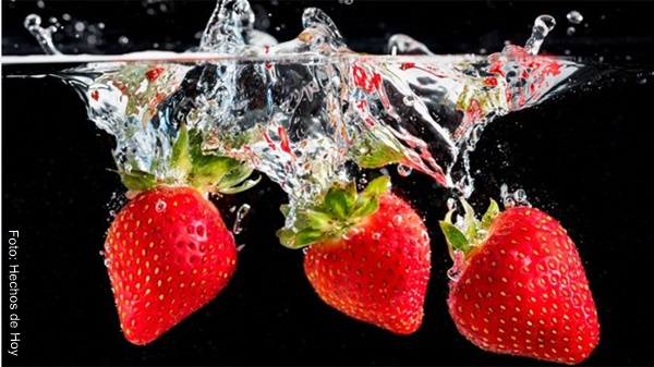 Foto de tres fresas sumergidas en agua