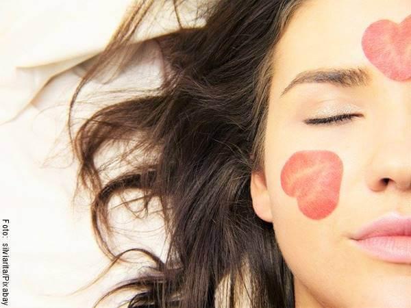 Foto de una mujer con pétalos en el rostro