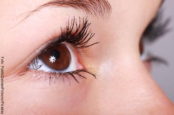 Foto de plano detalle de un ojo de mujer
