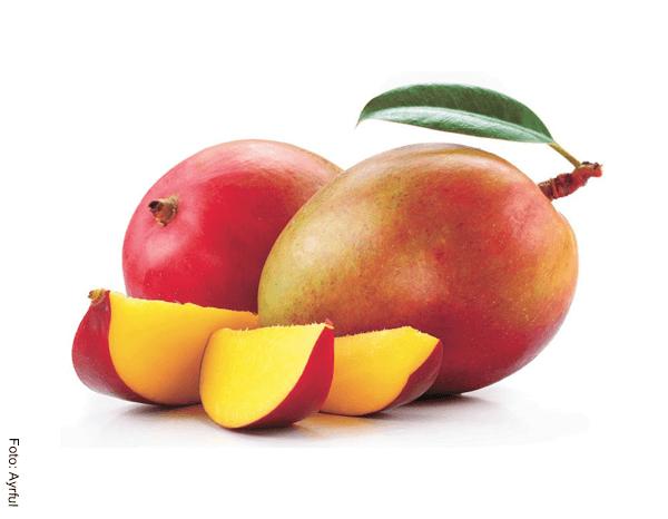 Foto de tres trozos de mango y dos enteros