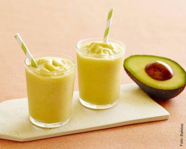 Foto de dos cocteles de aguacate con mango