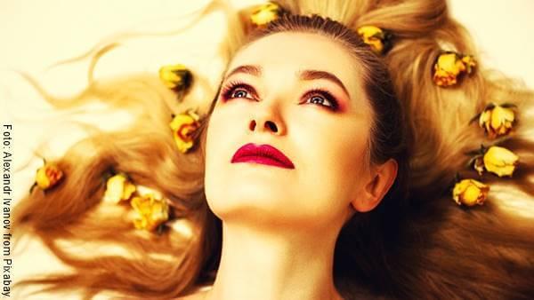 Foto de mujer con flores en el cabello