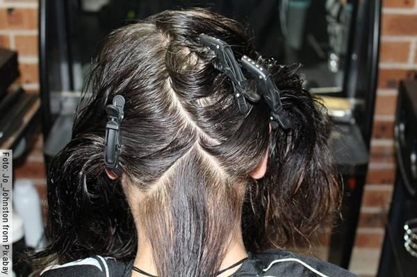 Foto de una mujer con producto decolorante en el cabello
