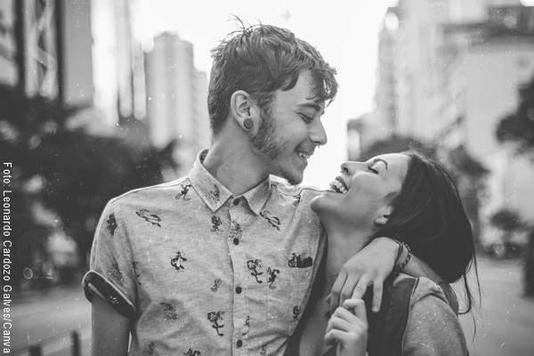 Foto de pareja riéndose