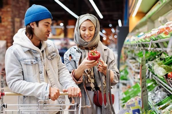 Foto de una pareja haciendo mercado