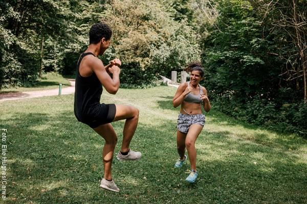 Foto de una pareja haciendo ejercicio