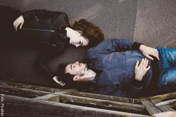 Foto de una pareja mirándose a los ojos en ¿cómo saber si está enamorado de mí?