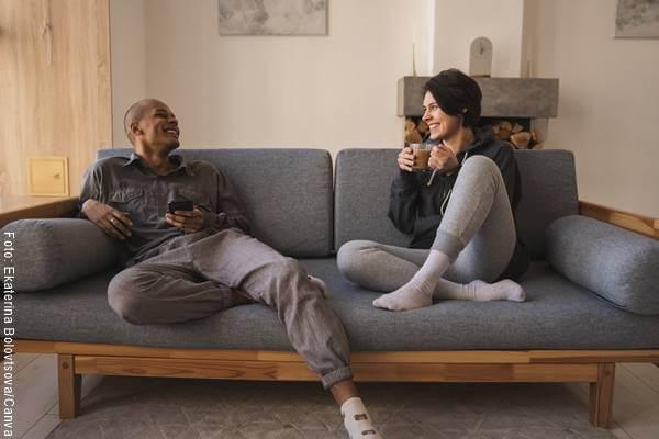 Foto de una pareja hablando en el sofá en ¿cómo saber si está enamorado de mí?