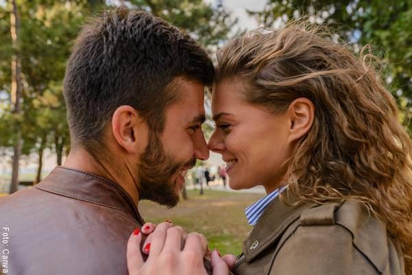 Foto de una pareja riendo