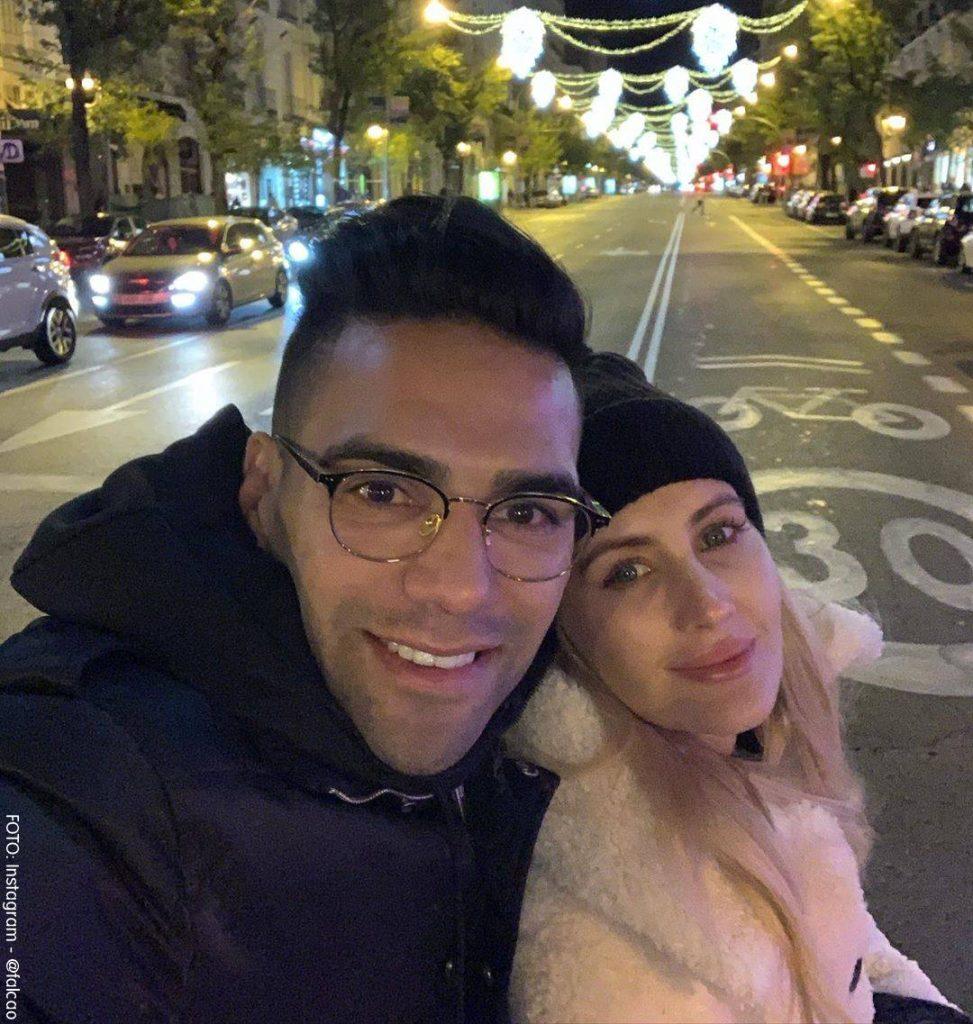 Foto de Lorelei y Falcao juntos caminando en la noche
