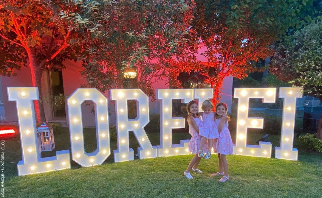 Foto de Lorelei en la que aparecen sus hijas  frente a su nombre con luces