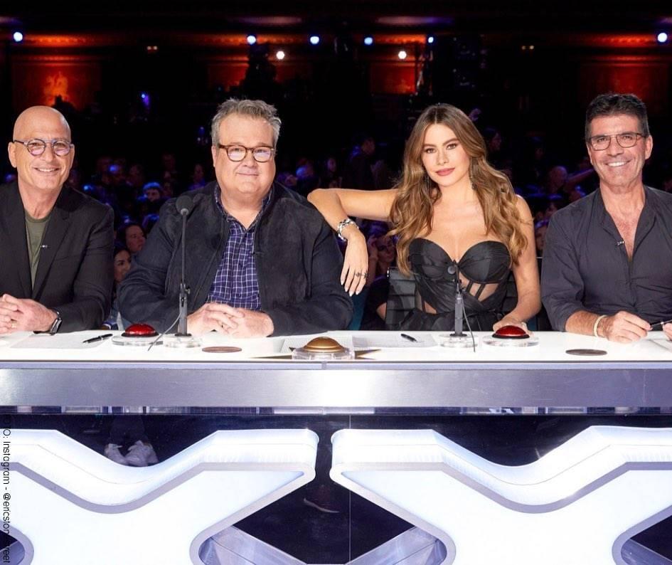 Foto de Eric Stonestreet con los jurados de America's Got Talent