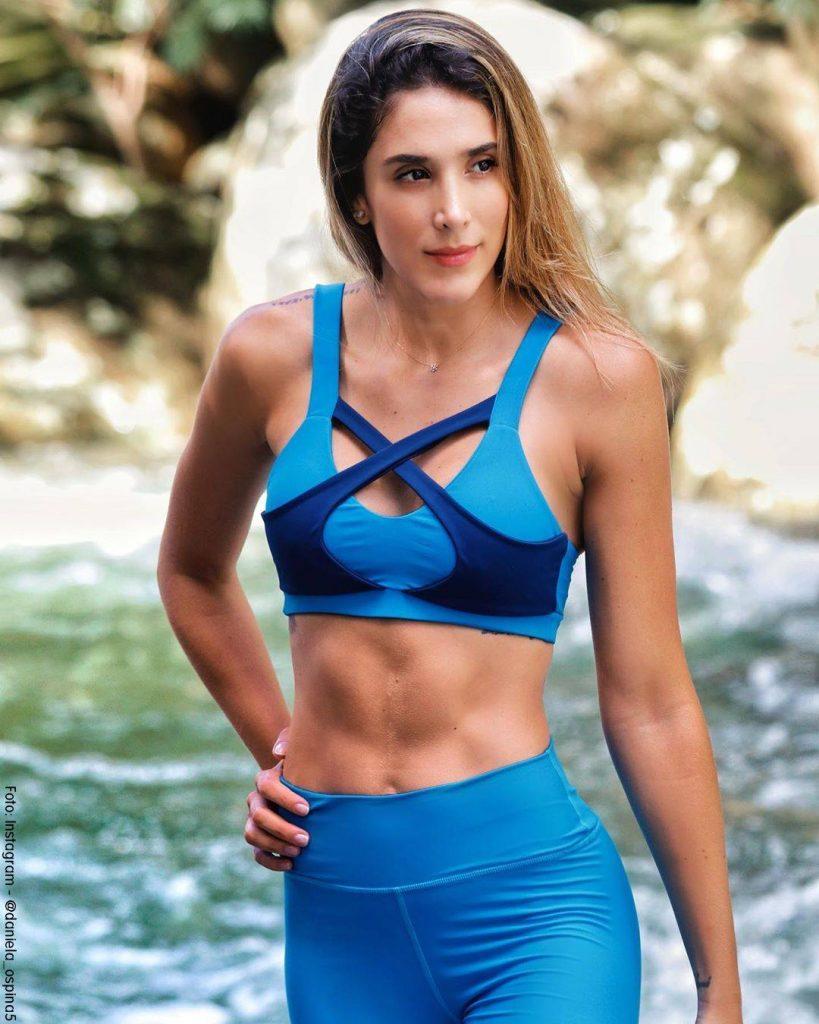 Foto de Daniela Ospina con ropa deportiva de color azul