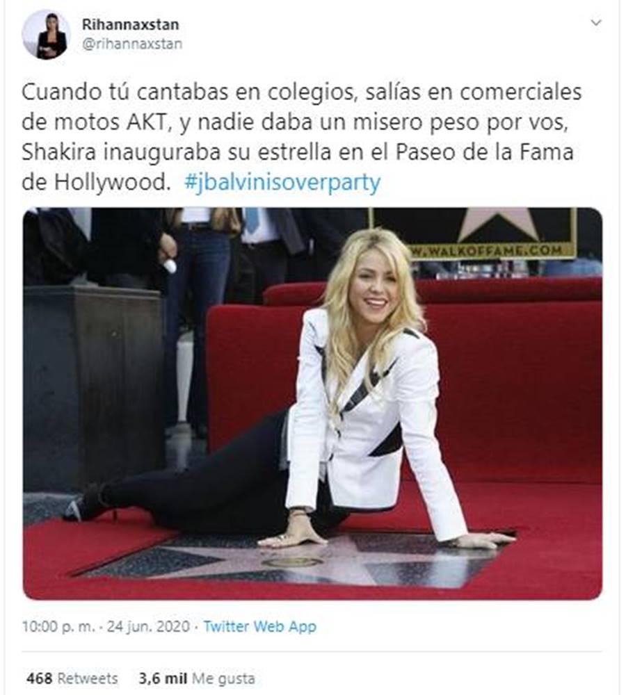 Print de tuit de Shakira sentada en su estrella de la fama en Hollywood