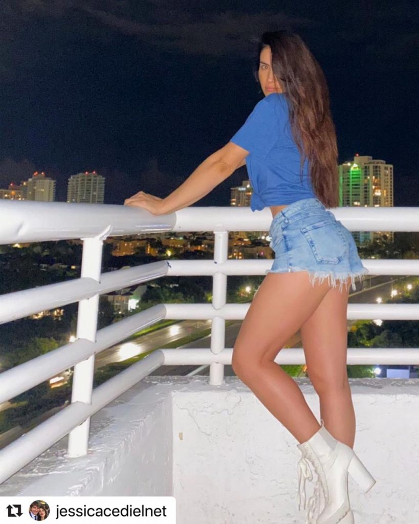 Jessica Cediel posando de lado en el balcón de su casa, usando un diminuto short de jean.
