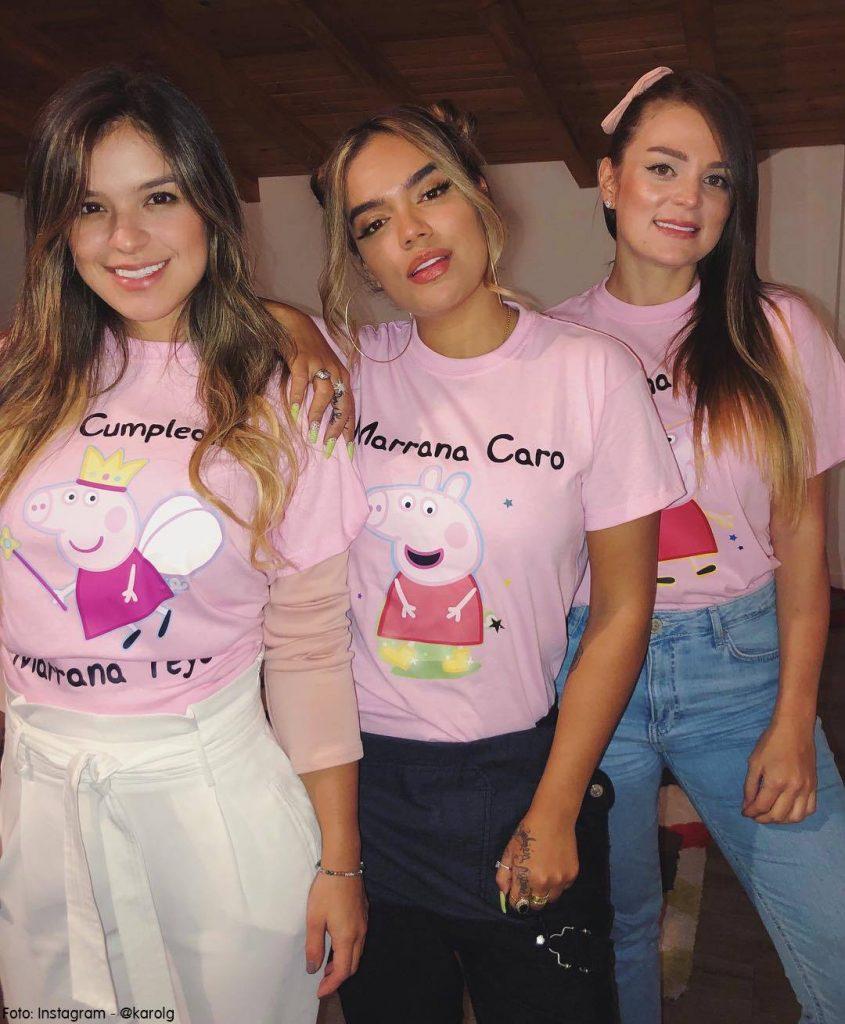 Karol G y sus hermanas celebrando un cumpleaños con camisetas de Peppa Pig