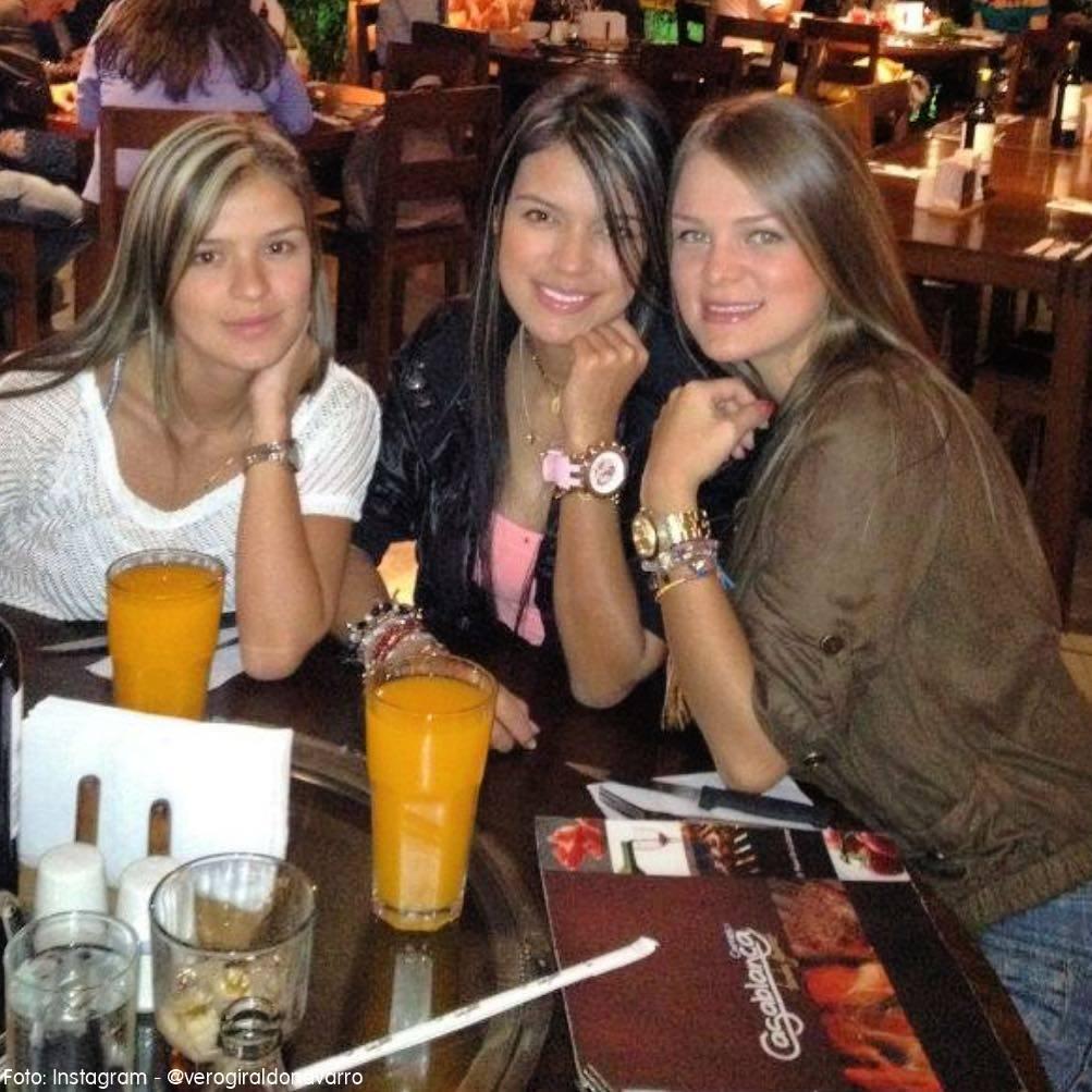 Karol G y sus hermanas sentadas en una mesa en el año 2010
