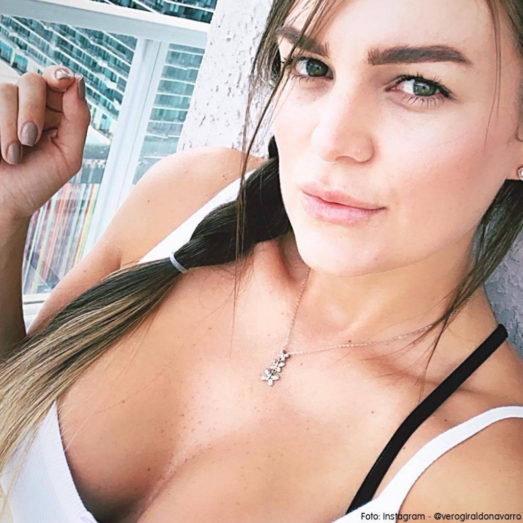 Selfie de Veronica la hermana mayor de Karol G en una piscina