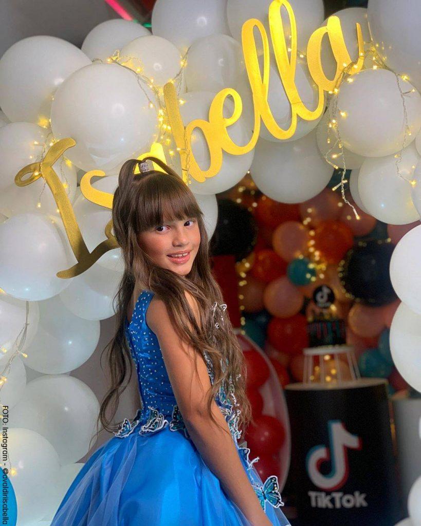 Isabella Valdiri en su fiesta de cumpleaños vestida de azul