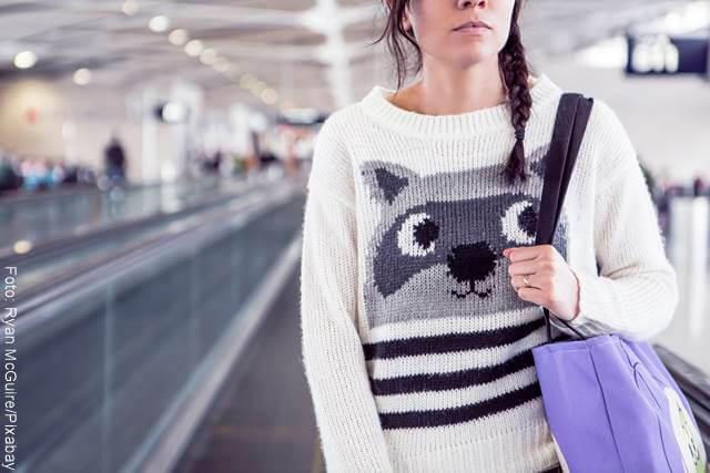 Foto dfer una chica en una estación con un saco de oso