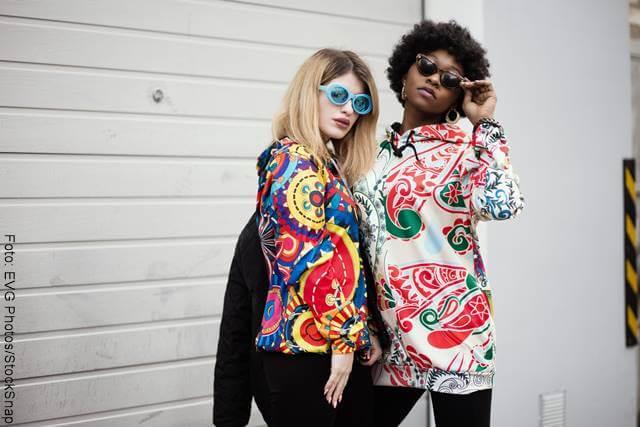 Foto de dos chicas con sacos de colores