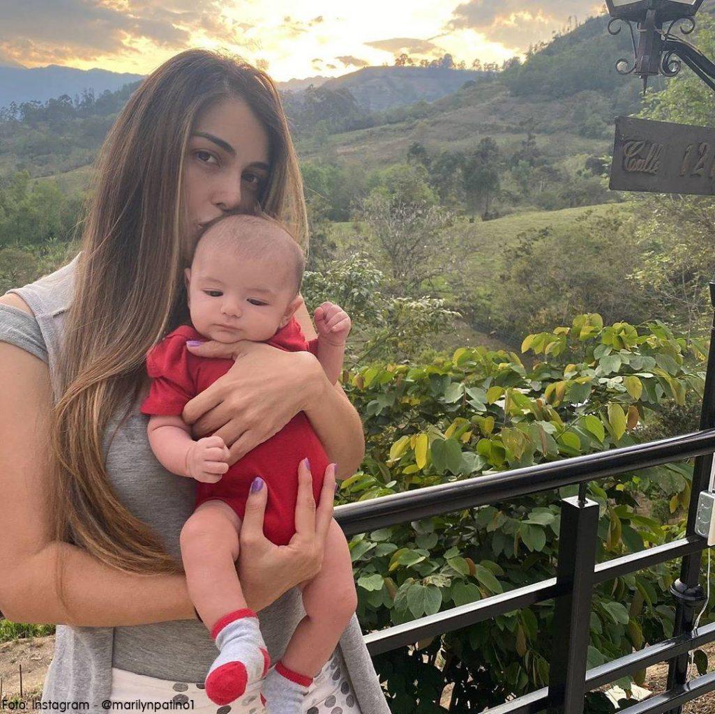 Foto de Marilyn Patiño  con su bebé de dos meses en los brazon