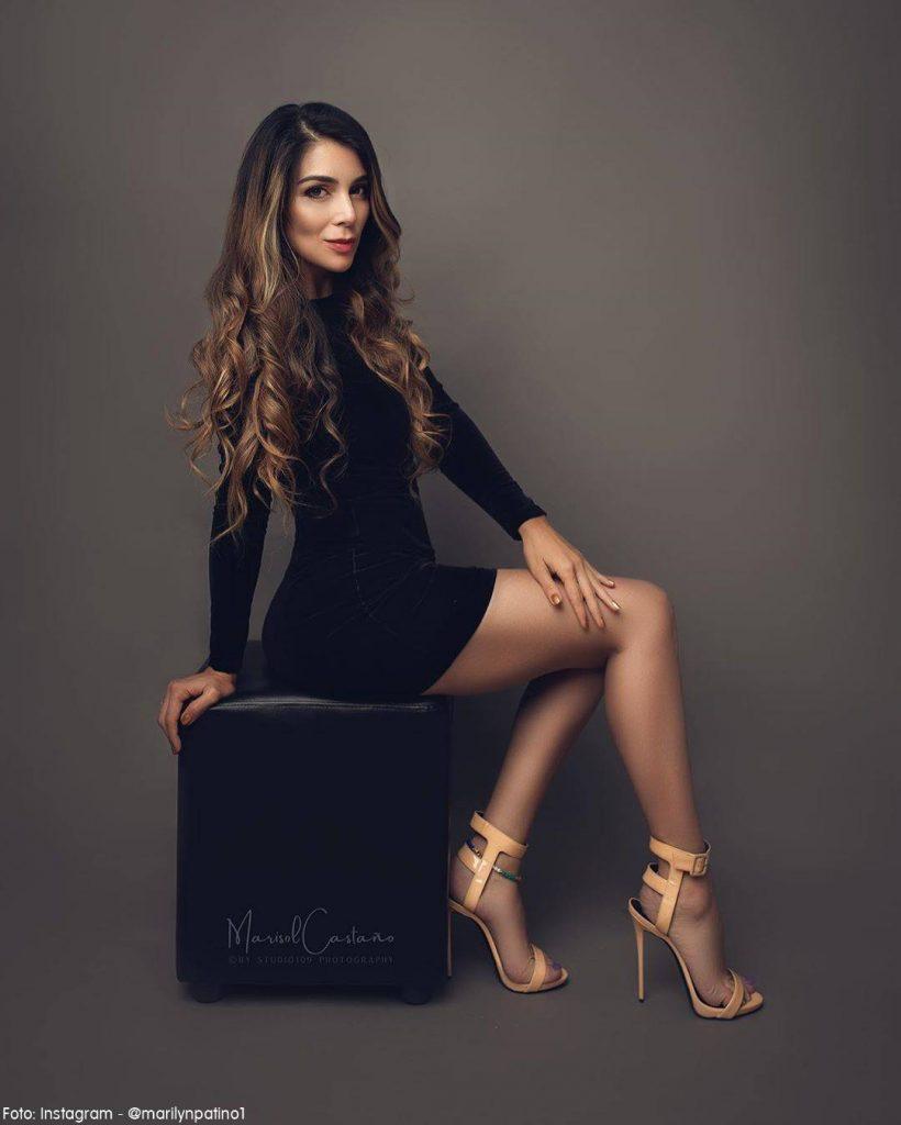 Foto de Marilyn Patino con un vestido negro posando para el fotógrafo de Studio 109