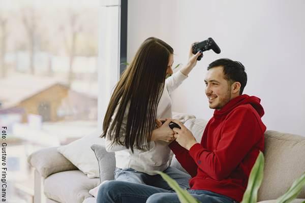Foto de una pareja jugando videojuegos