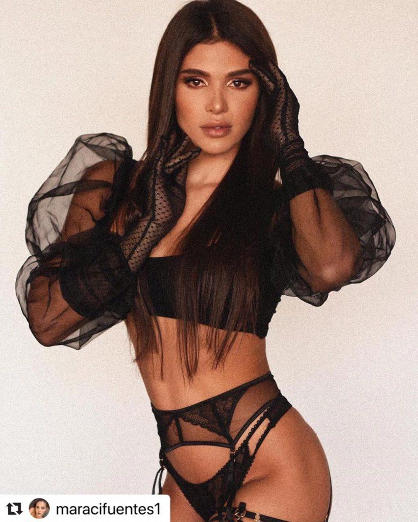 Mara Cifuentes posando con sensual lencería negra.