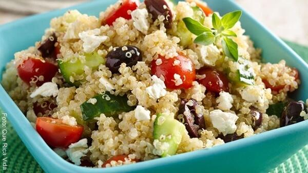 Foto de una ensalada con quinua en un recipiente azul