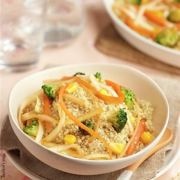Foto de verduras salteadas con quinua