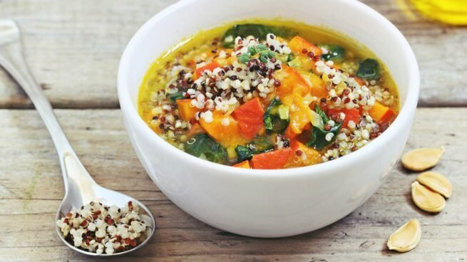 Foto de sopa con quinua en un plato blanco