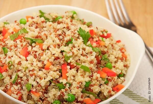 Foto de arroz con quinua en un plato Para qué sirve la quinua o quinoa y cómo prepararla
