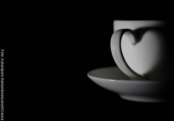 Foto de una taza de café con la oreja en forma de corazón