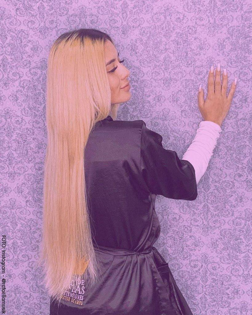 Foto de Rafaella luciendo su cambio de look con un nuevo color de pelo dorado