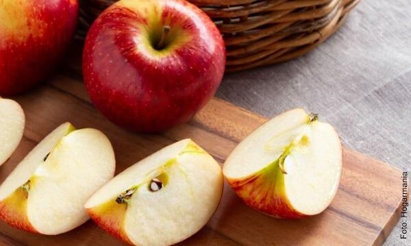 Foto de una manzana cortada y una manzana entera