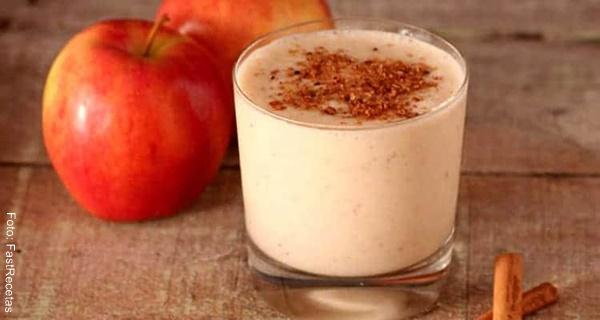 Foto de un batido de manzana en un vaso de vidrio