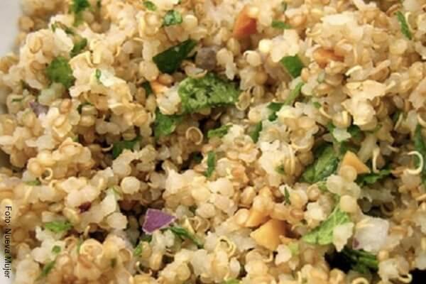 Foto de quinua con verduras para receta de hamburguesas de quinoa o quinua