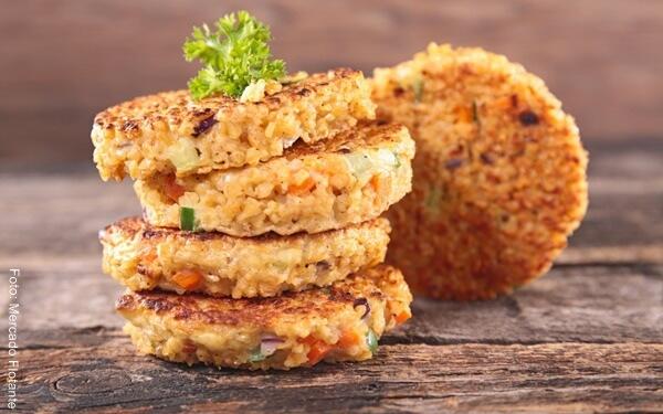 Foto de cinco hamburguesas de quinua
