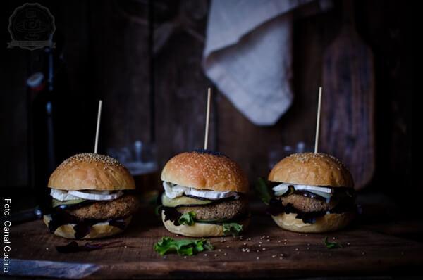 Foto de tres hamburguesas de quinua