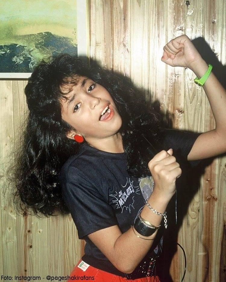 Shakira muy joven con el pelo negro en su casa