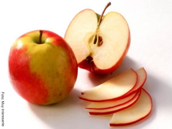 Foto de una manzana entera y una cortada en pedazos