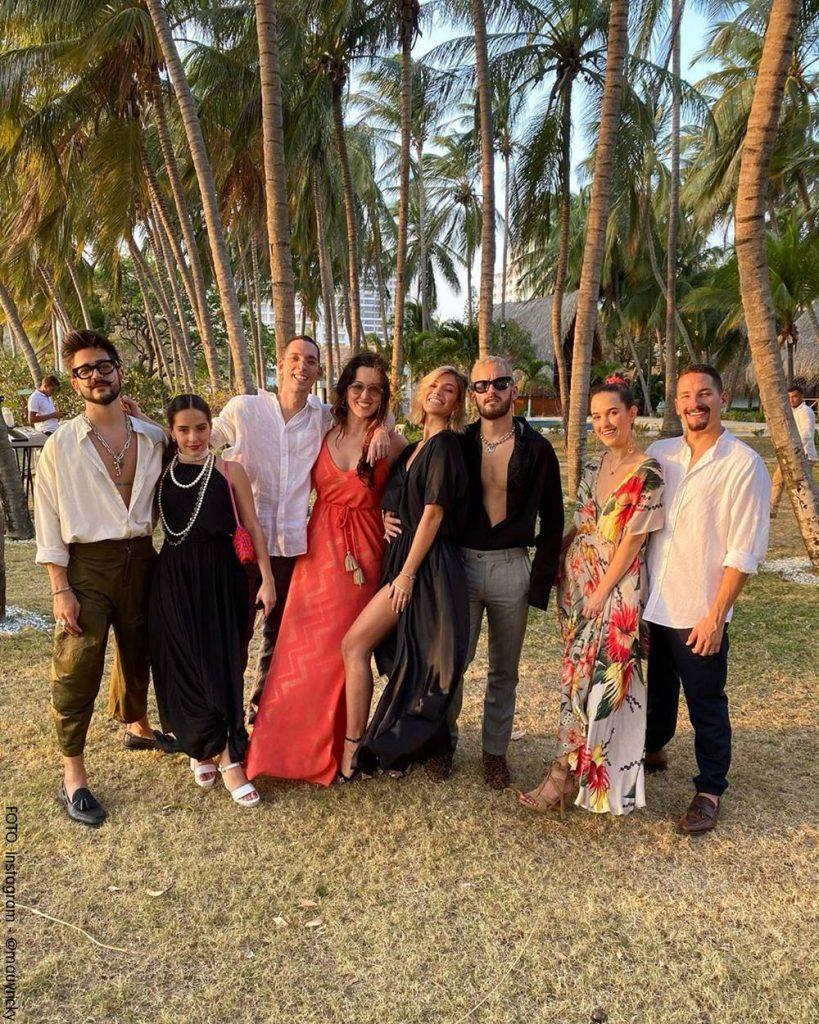 Foto familiar en la que aparecen Ricky, Camilo, Evaluna, Mau y sus amigos.