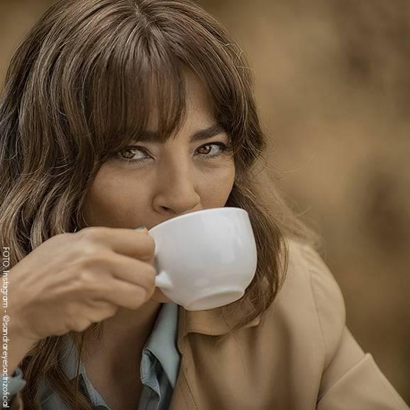 Sandra Reyes tomándose un café
