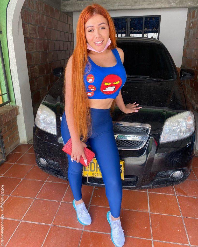 Foto de Yina Calderón en un garage luciendo su nuevo color de pelo naranja
